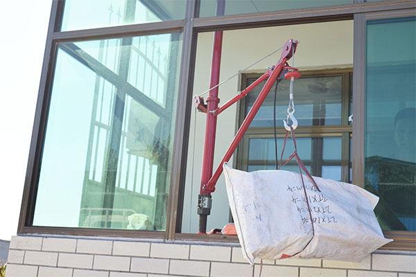 <strong>底层楼房使用单柱吊运机</strong>